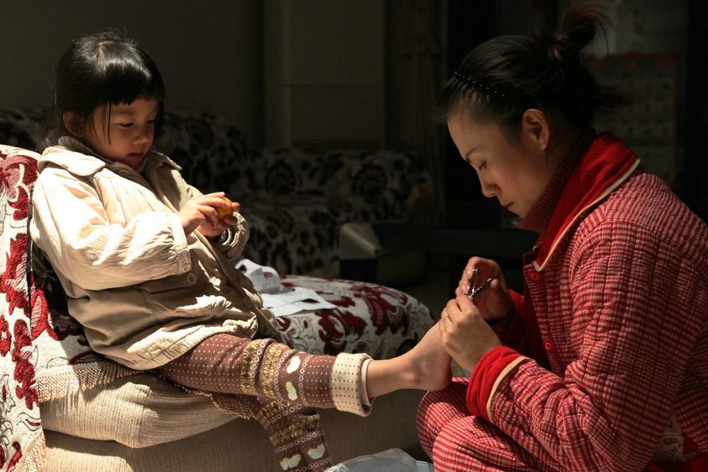 妈妈帮女儿剪指甲