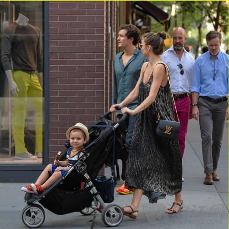 英语翻译_奥兰多布鲁姆夫妇携子上街 纽约大街