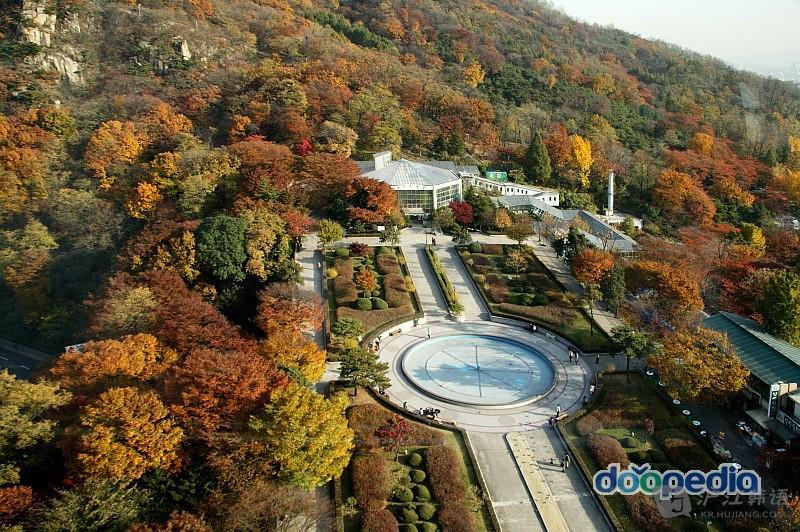 """而旁边的南山首尔塔,是首尔的象征,也是""""首尔的制高点"""",它作为韩国"""
