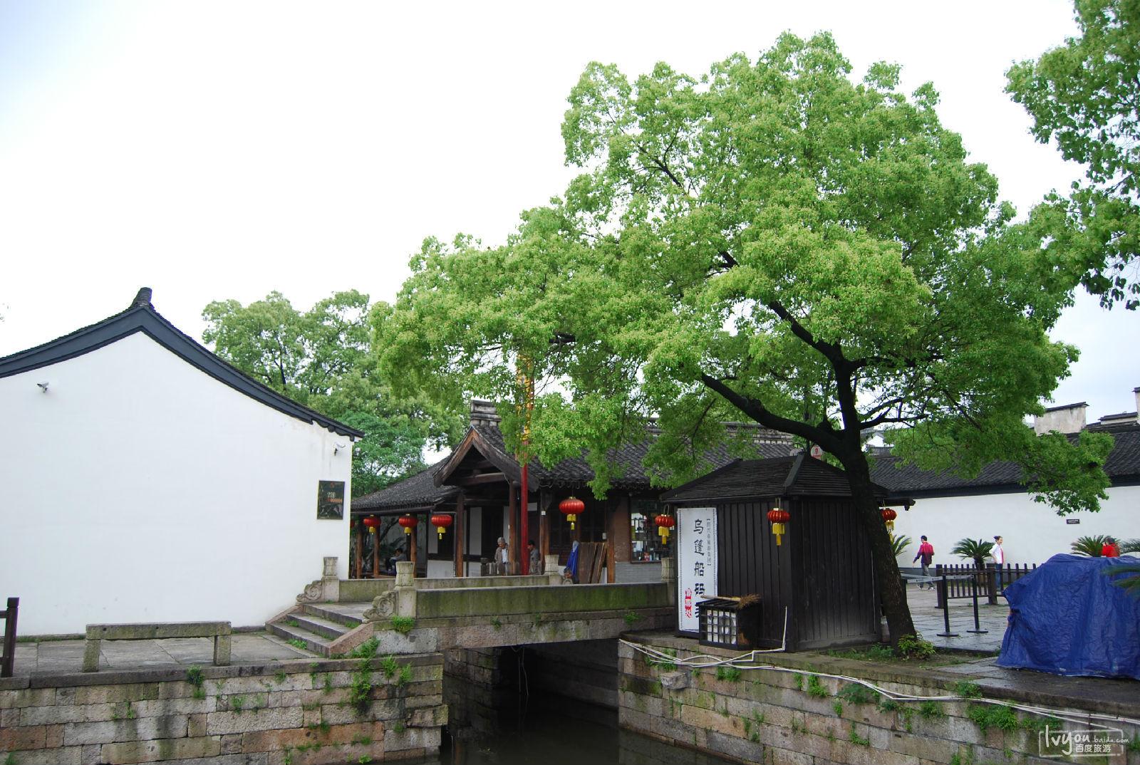 --------------------- 衢州开化根宫佛国文化旅游景区: 根宫佛国(原中国根艺美术博览园)最早的溯源,仅仅是个根雕小作坊。它在根雕大师徐谷青的精心创作下,现在已有包括福门祥光、云湖禅心、天工博物馆、根雕佛国、醉根宝塔等近30个景点,陈列有世界上最大的根艺释迦牟尼佛造像和680米长的巨型根雕五佰罗汉阵这里更像是一部根艺美术的四库全书。    全国157家5A级景区浙江独占11个(2013.