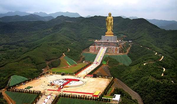 """中原大佛位于河南省平顶山市鲁山县尧山佛泉寺,是""""世界最高的佛教"""