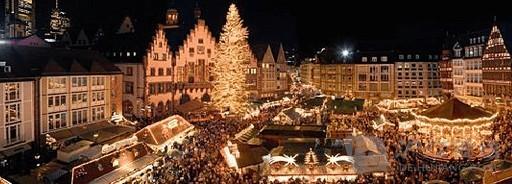 一个熙熙攘攘的景象总是出现在慕尼黑玛利亚广场的圣诞集市上。每年大约会有160万人次的游客在极具意义的假日里聚集在这里。这个传统圣诞集市的根源可追溯至14世纪——但在玛利亚广场是举行则是从1972年开始的。圣诞集市一直延伸到纽豪瑟大街,那里有德国最大的马槽市场。在这可以买到整个马槽或者部分零价。人们可以边享受丰盛的美味佳肴,如香肠、土豆煎饼和饺子,边欣赏从市政厅阳台传来的现场音乐。在市政厅庭院里有一个传统的巴伐利亚圣诞马槽。而在真正意义上最有吸引力的是矗立在新市政厅前,在约2500个
