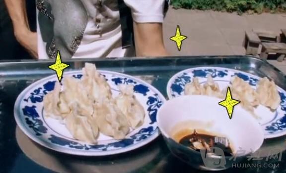 """小志做的这款史上巨大的饺子,确实已经是尽力而为,宝贝kimi吃起来却是味道十足呢! 黏土一般的饺子的制作过程:经过撕裂、蹂躏、纠结、捶打,那""""怒大""""的饺子皮,真跟小馅饼一般大!饺子馅是白菜虾仁儿的,真的有大大的虾仁儿呢,很花心思哦!虽然过程中,饺子皮一直破,但是最终捣鼓出来的成品还是美美的呢! 郭涛和儿子郭子睿 郭涛:拉条"""