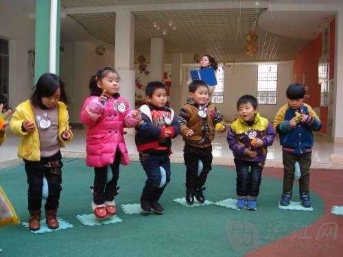 幼儿游戏教案:夹物跳