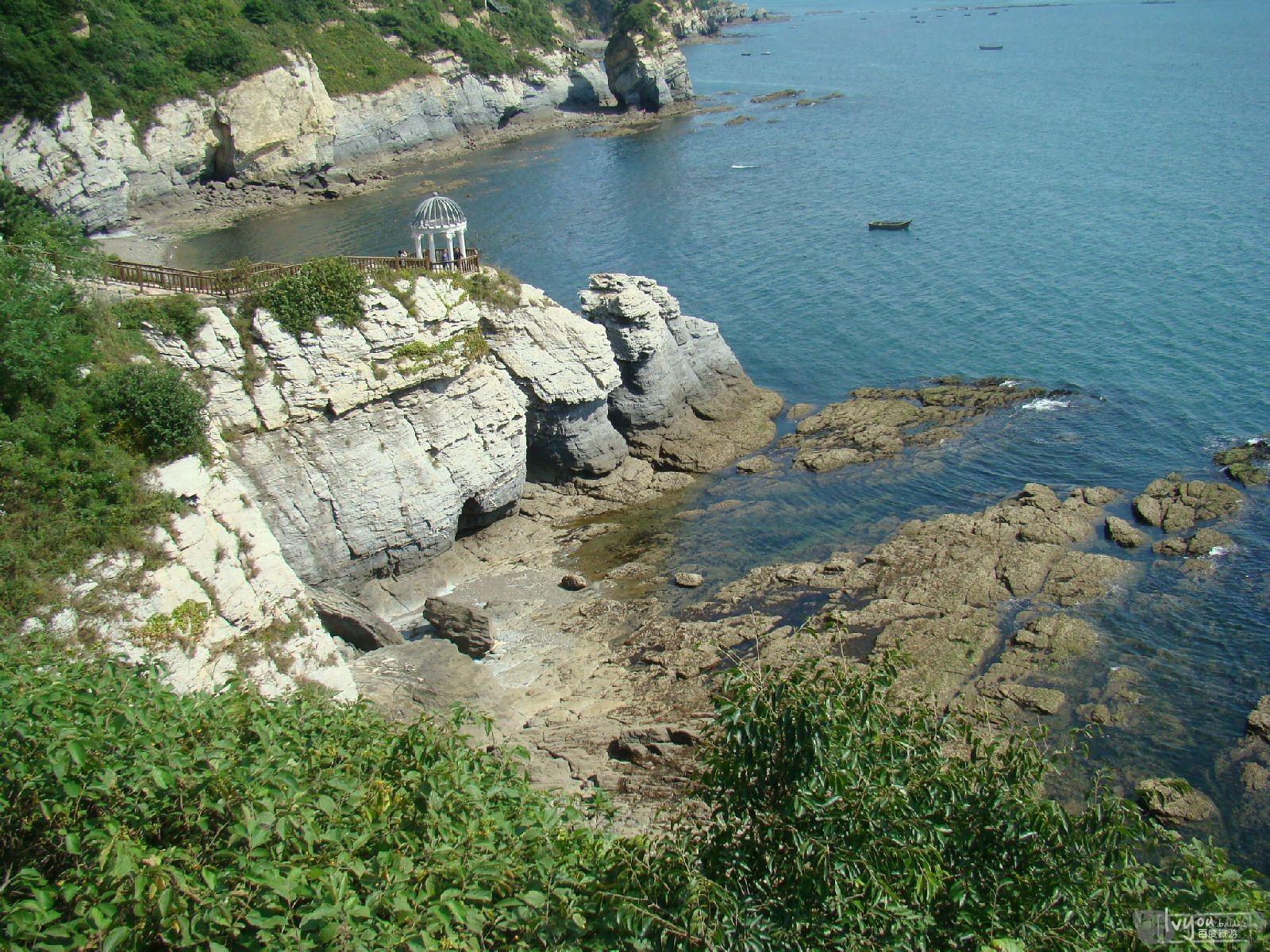 """坐落在大连市北部的""""金石滩""""周围三面环水,由两个半岛和半岛之间的"""