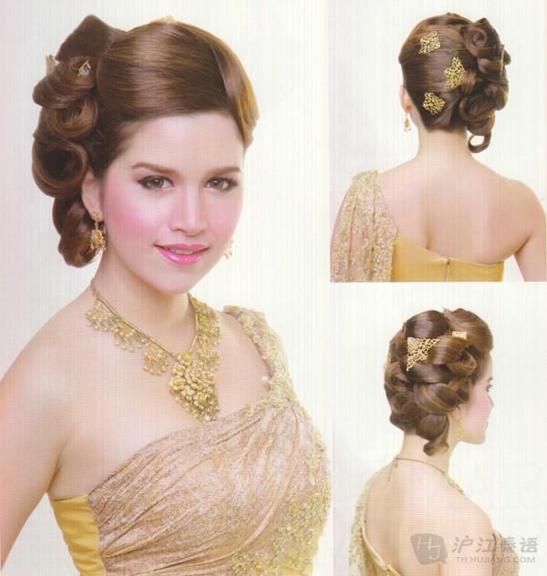 泰国吸引我们的地方,可不仅仅是金碧辉煌的寺庙,美味的泰餐,漂亮帅气的明星。人家都说美丽从头开始,有的人看泰剧时最喜欢看的就是明星的发型了,觉得好漂亮,下边和大家一起欣赏一下泰国新娘的发型!总有一款是你喜欢的哦,喜欢的话不要忘记收藏了哟,精美的发型再配上传统的泰式结婚的服装,效果可不是吹的,好了,一起来看看吧!