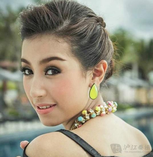 Mint Chalida 昵Mint,是泰国的一位演员。粉丝们为与同属三台的Mint Nattawa区分,故称其为MintC。MintC出生于泰国,9岁拍摄了第一个广告,自此开始了她的演艺生涯。拍过一部7台的电视剧后,12岁进入泰国电视台三台(Thaitv3),成为泰国3台所属的女艺人至今,是3台近来力捧的新生代美女演员。MintC的代表作品有《傲慢与甜心》、《圆梦山庄四部曲之漫步花田错》,其中与Mark Prin在《圆梦山庄四部曲之漫步花田错》中饰演情侣而深受泰粉的喜爱,更成为新生代一线女主。 更多关于