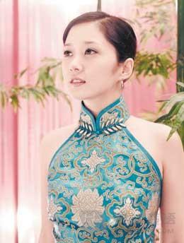 近年来一直在中国发展的张娜拉也尝试过多款旗袍造型.