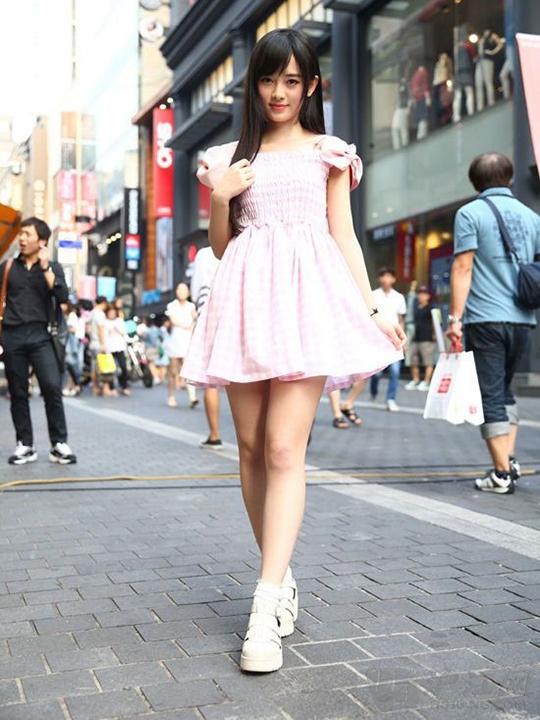 此前有日本媒体评选中国第一美女,不过出人意料的是,最终夺冠的并非是范冰冰、章子怡等国际范老牌美女,而是新生代中国少女偶像团体SNH48的成员鞠婧祎。因此,鞠婧祎成为连续一周占据日本部分门户网站搜索第一的人物。前段时间SNH48与著名富二代、IG战队创始人王思聪合作为某款网游做广告宣传而名声再次大噪。 日本媒体以《中国4000年第一美女诞生》为标题,高度评价了中国美少女团体SNH48的鞠婧祎,引发了日本当地门户网站的关注和疯狂转载,成为多个门户网站热门搜索第一的人物。据悉,鞠婧祎是SNH48二期生,目前是N