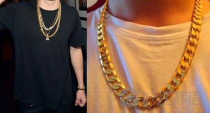 脖子上戴大金链子